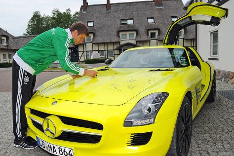 Mercedes SLA AMG E-Cell wird vom DFB-Team signiert