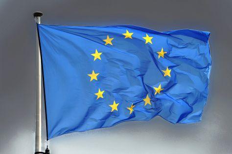 EU-Flagge vor dunklem Himmel