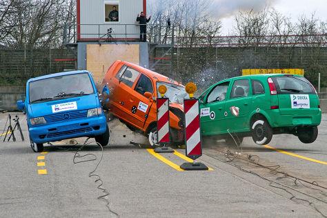 DEKRA Baustellen-Crashtest Gegenverkehrsunfall im Bereich einer Verschwenkung
