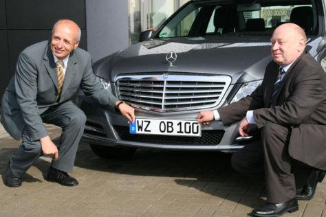 Landrat Wolfgang Schuster (rechts) übergibt das erste WZ-Kennzeichen an Oberbürgermeister Wolfram Dette (links) für seinen Dienstwagen