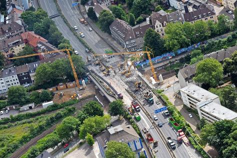 Auf der voll gesperrten Autobahn 40 haben am Samstag (07.07.2012) in Essen die Sanierungsarbeiten angefangen