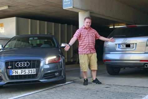 Zwei Autos mit der 1 auf einem Parkplatz