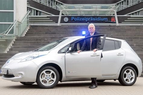 Polizeipräsident Wolfgang Kopitzsch mit dem Nissan Leaf