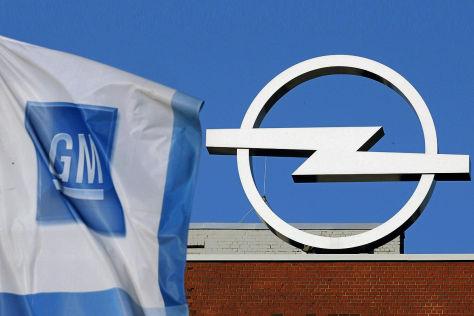 GM-Fahne und Opel-Logo
