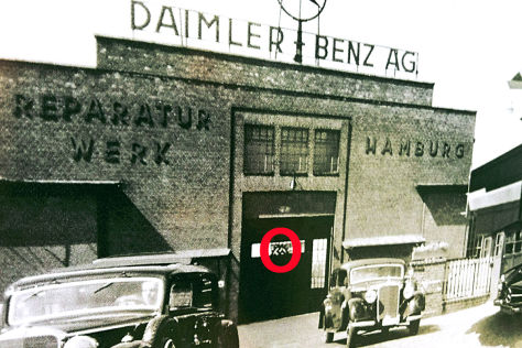 Daimler-Plakat mit Hakenkreuz an Gebäude