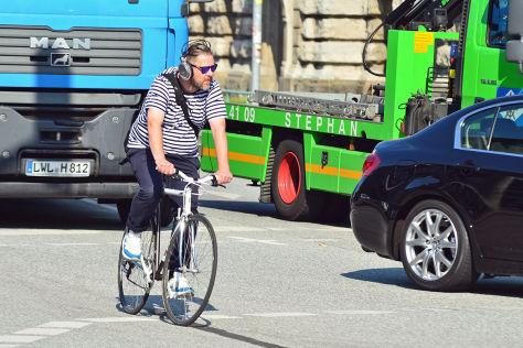 Radfahrer mit Kopfhörern