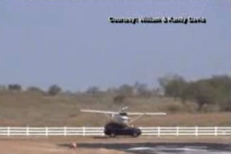 Flugzeug trifft bei der Landung einen Volvo XC90 In Texas