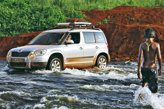 Flussquerungen nahmen die Yeti-Tour Mitglieder mit trockenem Humor.