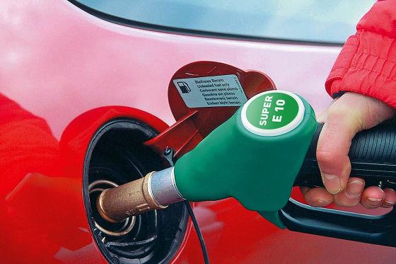 Ein rotes Auto wird mit Bio-Benzin betankt