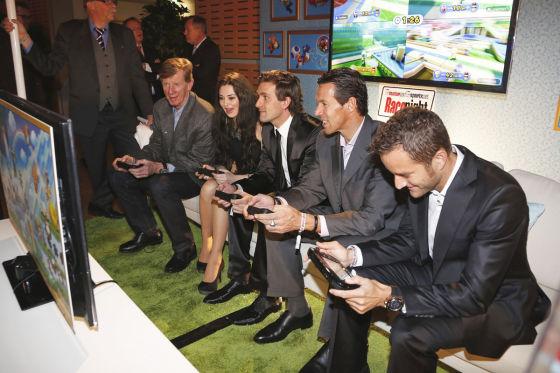 Rennstars an die Spielkonsole Wii U beim Spielen von Mario Kart 7