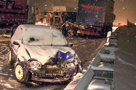 Verkehrsunfall: Wagen stecken im Schnee