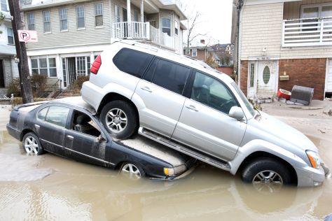 Zwei Autos in den Fluten von Sandy