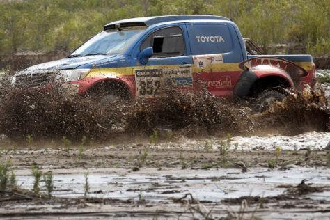 Der venezolanische Pilot Nunzio Coffaro im Toyota Hilux bei der Durchquerung eines Flussbetts auf der achten Etappe.