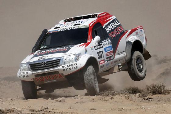 Giniel de Villiers mit seinem deutschen Co-Piloten Dirk von Zitzewitz im Toyota Hilux auf der 12. Etappe der Rallye Dakar 2013