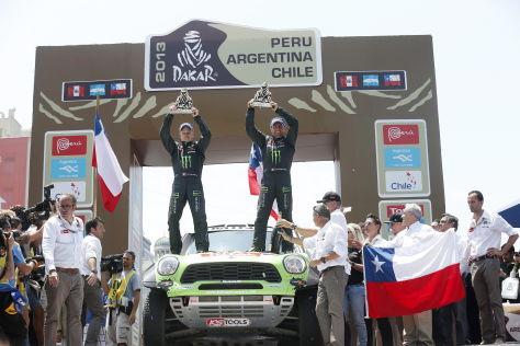 Stéphane Peterhansel und sein Co-Pilot Jean Paul Cottret posieren im Ziel auf ihrem Mini All4 Racing nach dem Sieg bei der Rallye Dakar 2013