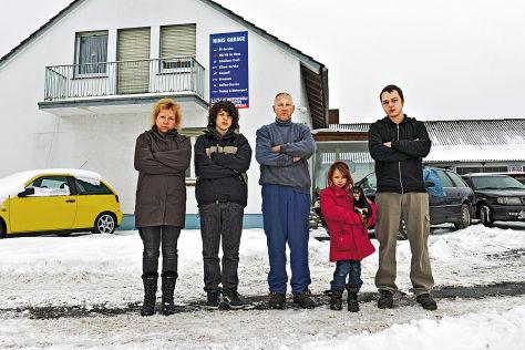 Familie Hansen vor ihrer Werkstatt