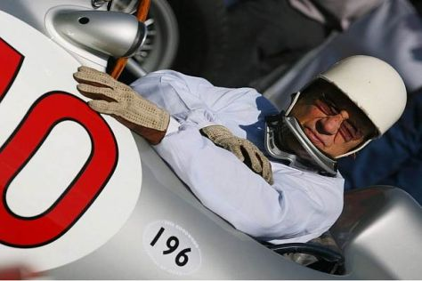 Stirling Moss 2006 in Goodwood in einem Mercedes aus den 1950er-Jahren