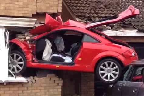 Audi TT steckt nach Unfall in einer Hauswand in Lowestoft, Großbritannien