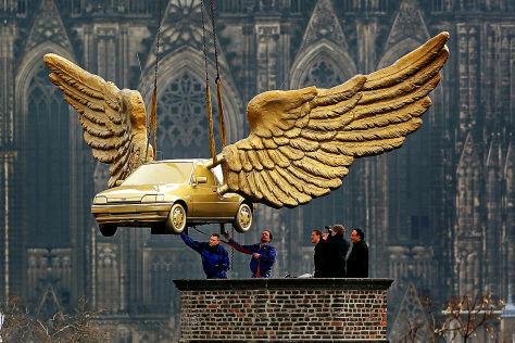 Flügelauto von HA Schult am Kranhaken