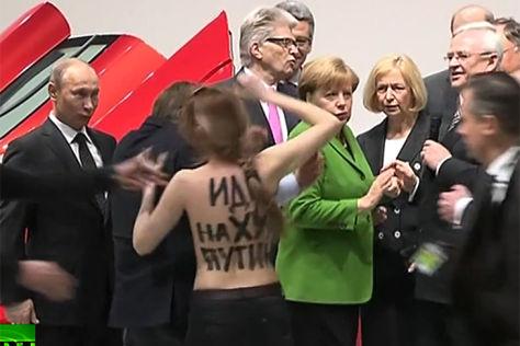 Proteste während des Messerundganges von Vladimir Putin und Angela Merkel auf der Hannover Messe vor dem VW Stand