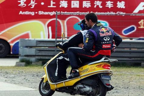 Nach dem Ausrollen wurde Mark Webber per Roller zu seinem Team gebracht