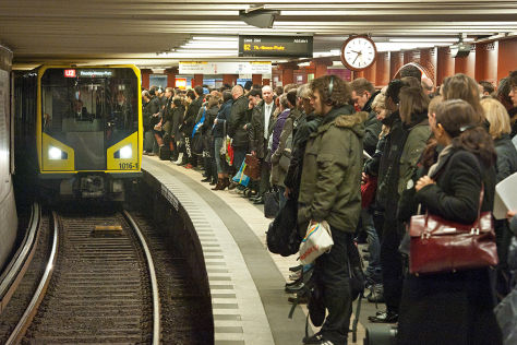 Wartende in einem U-Bahnhof