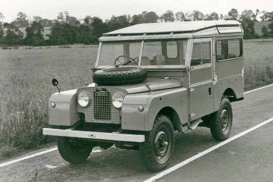 Land Rover Defender LXV stehend