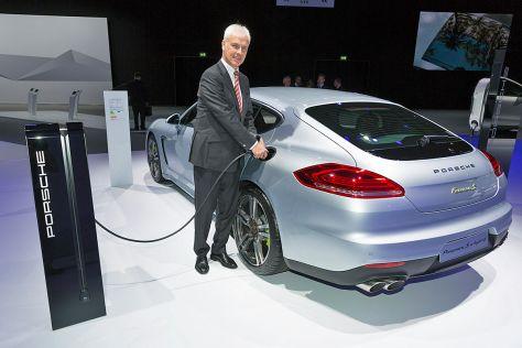 Matthias Müller mit einem Porsche Panamera S E-Hybrid