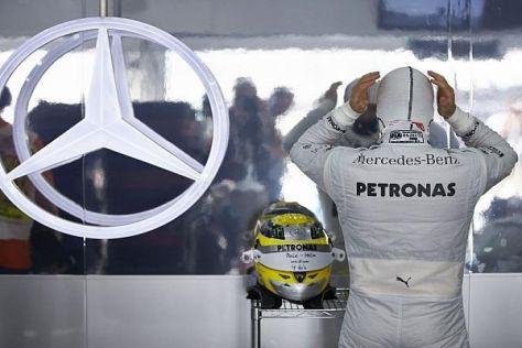 """Nico Rosberg bei der Vorbereitung mit seinem """"Pole-Helm"""""""