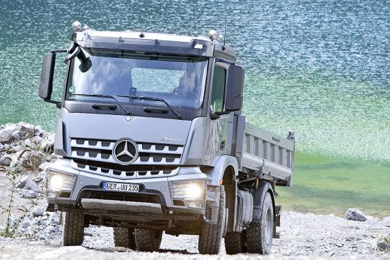 Mercedes Arocs beim Entladen