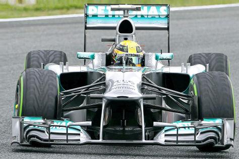 Mercedes Formel 1-Bolide mit silberner Lackierung und Mercedes-Stern