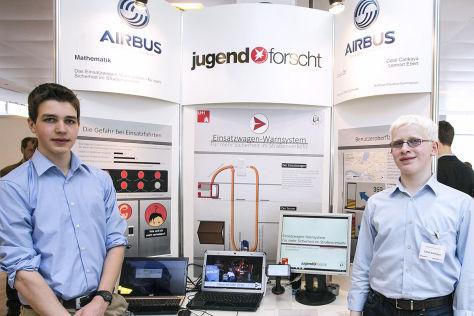 """Die Preisträger bei """"Jugend forscht"""" Celal Cankaya und Lennart Ebert haben ein App-basiertes Warnsystem vor Einsatzwagen entwickelt"""