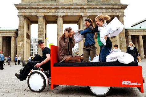Bett-Bike vor dem Brandenburger Tor
