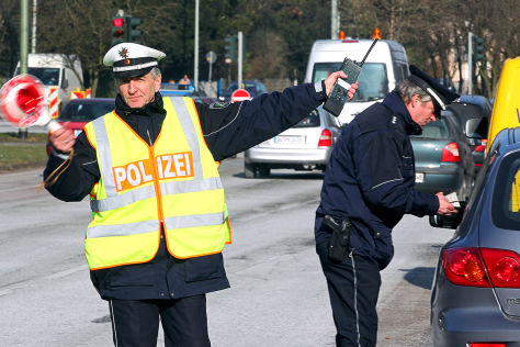 Polizist bei einer Geschwindigkeitskontrolle