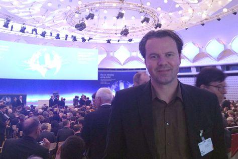 AUTO BILD-Redakteur Hauke Schrieber auf dem Elektromobilitätsgipfel in Berlin am 27. Mai 2013