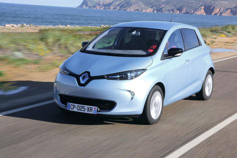 Renault Zoe fahrend am Meer