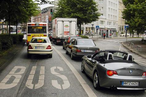 Elektroautos auf Busspuren