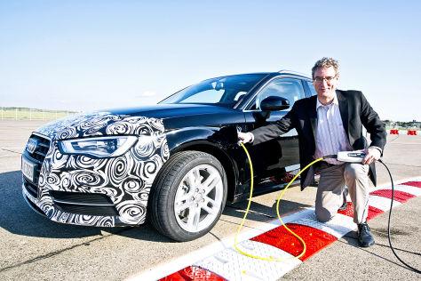 Carsten Paulun mit Stecker am Audi A3 Sportback e-tron
