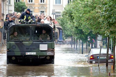 MAN-Vierachser der Bundeswehr bei Hochwasser