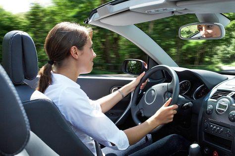 Frau am Steuer eines Cabrios
