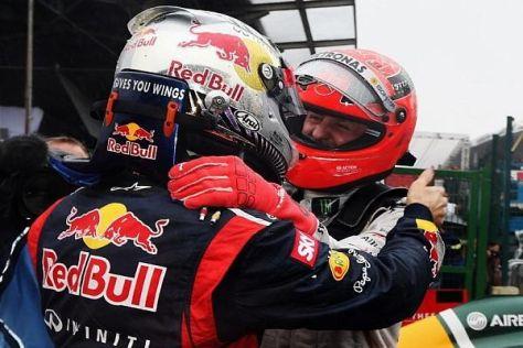 Michael Schumacher gratuliert Sebastian Vettel zur dritten Weltmeisterschaft