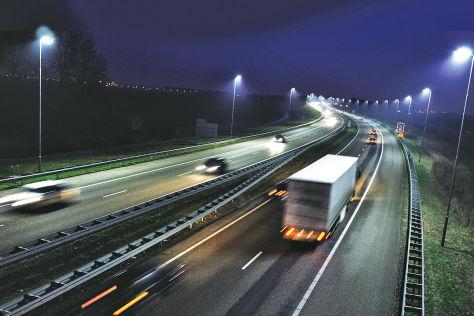 Nächtliche Autobahnszene