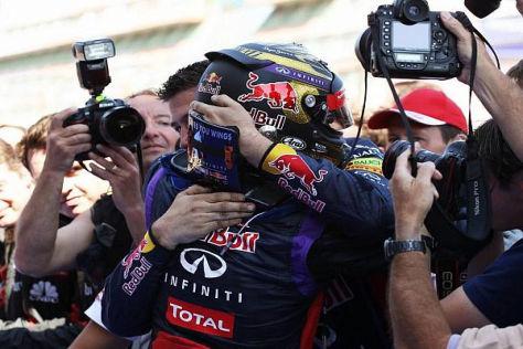 Sebastian Vettel fiel seinem Team nach dem Sieg sofort in die Arme