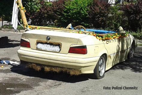 Auto in fahrbaren Pool verwandelt