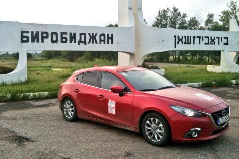 Mazda3 vor Ortsschild
