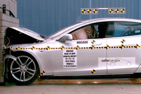 Tesla Model S beim Crashtest des NHTSA