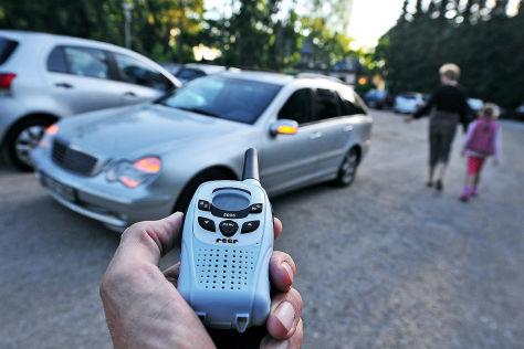 Per Babyfon wird das Abschließen des Autos verhindert