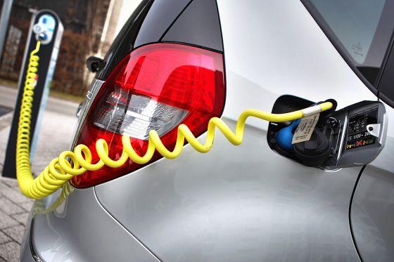 Elektro-Auto beim Tanken