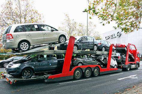 Ein Autotransporter mit Opel-Neuwagen