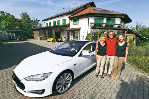 Robert Häring mit Familie und seinem Tesla Model S